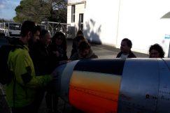 Un groupe découvrant un avion