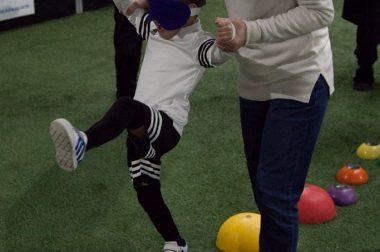 Un enfant se déplace sur des plots lors d'une sensibilisation au cécifoot
