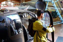 Une personne déficiente visuelle touche la porte d'un hélicoptère à l'Aérocampus de Latresne