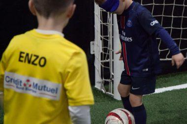 Zoom sur un petit joueur de foot avec son bandeau