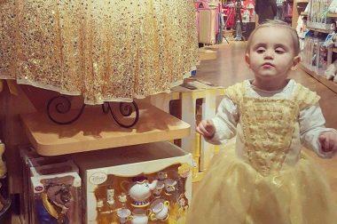 La petite Carmela déguisée en princesse
