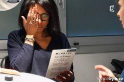 Une personne se cache un oeil et lit un texte lors d'une séance d'orthoptie