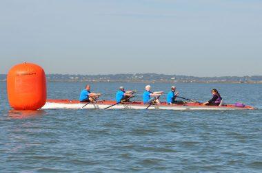 L'équipe de 4 bénéficiaires UNADEV sur l'aviron avec Jacques, Didier, Tadzio et Sébastien.