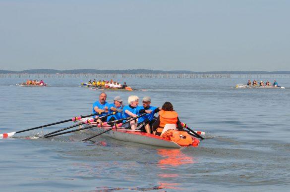 L'équipe de 4 sur l'aviron, sur l'eau du bassin d'Arcachon