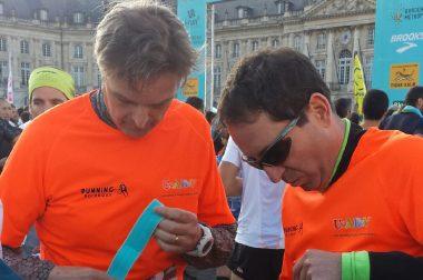 Nicolas et son guide Philippe en préparation avant le semi-marathon