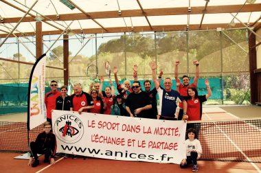 Photo de groupe avec les joueurs, les coach et les bénévoles présents