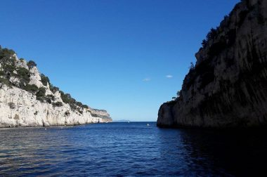 Ciel bleu et mer d'huile dans les calanques de Cassis.