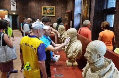 Le groupe en train de toucher les 7 bustes des rois ayant vécu au château de Blois