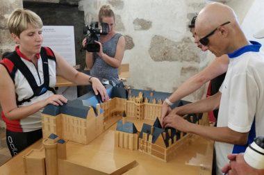 Le groupe en train de toucher la maquette en relief du Château de Blois