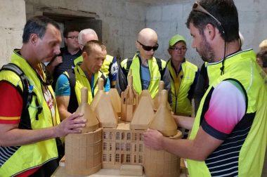 Le groupe en train de toucher la maquette du château de Chambord