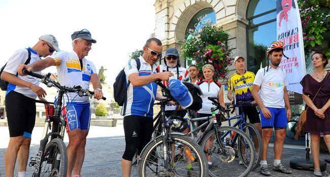 Les tandémistes en tenue sportive visitent la ville de Cahors en 2016.