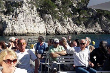 Groupe de bénéficiaires assis sur un bateau dans les calanques de Cassis.
