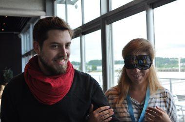 Visite de senisibilisation avec un accompagnateur et une personne portant un masque de l'UNADEV.