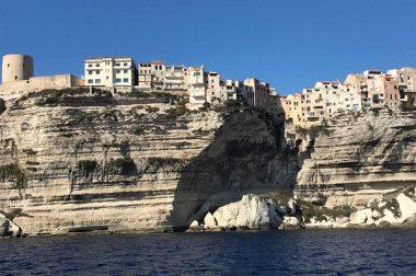 Côte rocheuse et ville de Bonifacio
