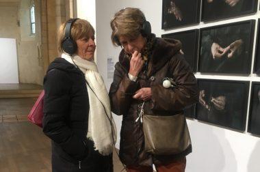 Bénéficiaires avec casque qui écoutent les oeuvres décrites de Anna Malagrida