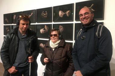 Nos bénéficiaires avec casque devant expo de mains de Anna Malagrida