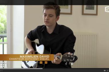 Maximilien joue de la guitare