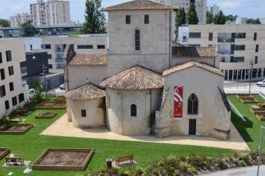 Eglise Romane au coeur de batiments modernes