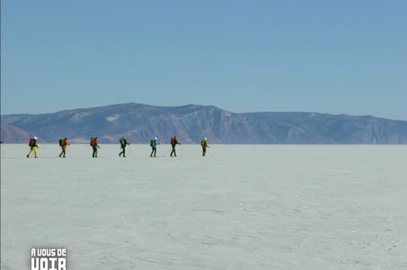 Au loin, une file indienne apparait sur l'horizon, le groupe avance sur la glace