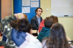 Pierre assis en classe