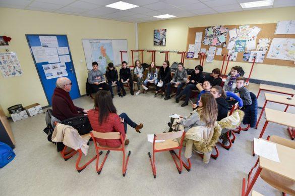 Elèves assis en rond dans une salle de classe