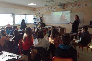salle de classe et élèves devant un grand écran