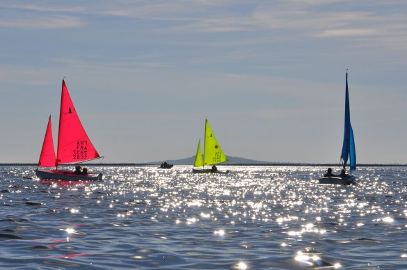 Bateau, mer d'hui, soleil qui qui se reflette dans l'eau