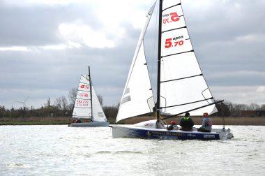 2 voiliers  qui glissent sur l'eau.