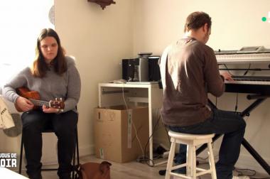 Léa assise chante avec guitare et Kevin joue du piano.