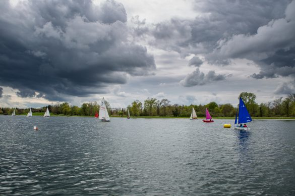 Vue du lac de Créteil avec des petits voilirs