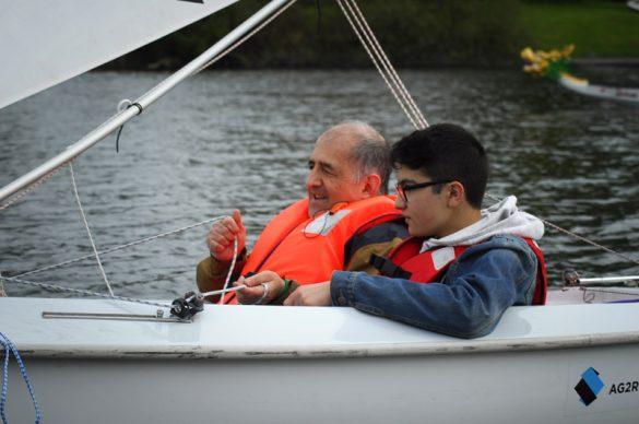 2 personnes sur un petit voilier.