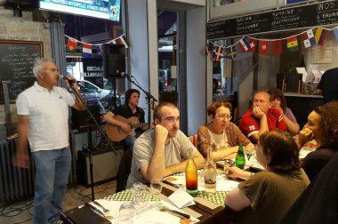 chanteur et personnes assises qui mangent dans un restaurant