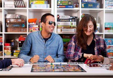 Des dv jouent autour d'une table