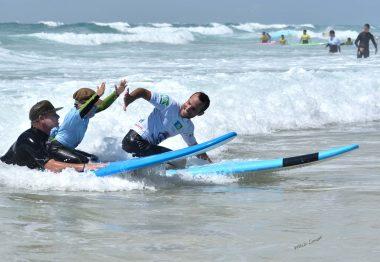 jeune surfeur déficient visuel
