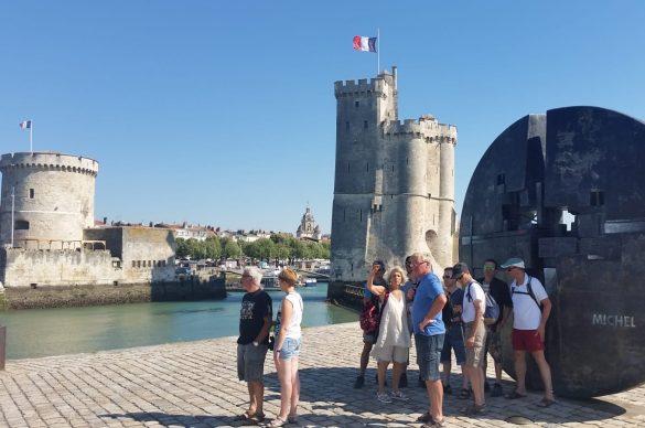 les cyclistes devant les tours de la Rochelle