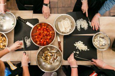 table vue du haut avec plats et casseroles.