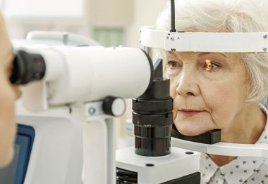 dame agée devant appareil ophalmo