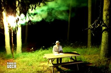 Brouillaud assis à une table de nuit avec lumière