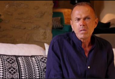 Eric Brun-Sanglard assis dans son salon