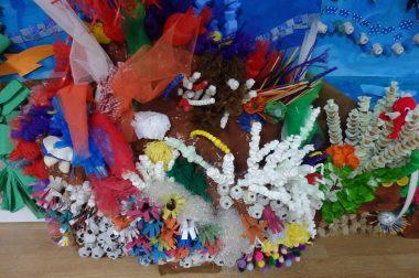 assemblage de plastiques pour faire le fond de l'océan