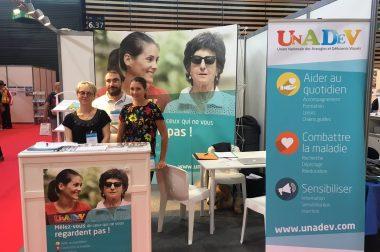 Le stand UNADEV sur le salon Handica avec 3 personnes du centre régional UNADEV de Lyon