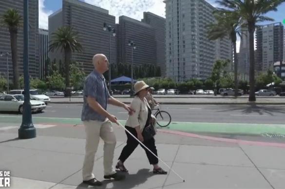 Chris Downey au bras de sa femme dans les rues de San Franciscoavec sa canne