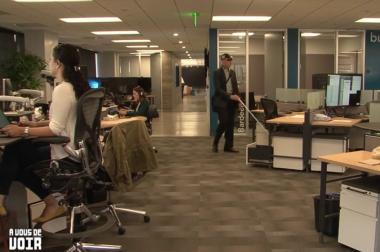 il s'installe à son bureau.