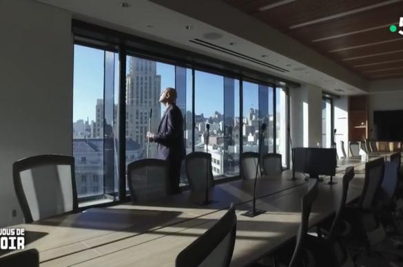 Chris devant les fenêtres