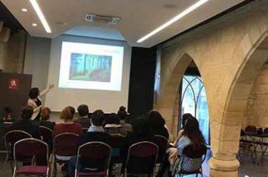 Présentation d'une sensibilisation au handicap visuel dans une salle pour les collaborateurs de l'office du tourisme de Saint Emilion