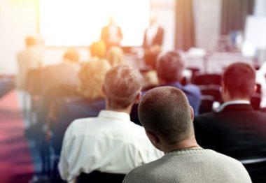 Personnes assises lors d'une conférence