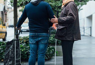 Florian, auxiliaire de vie, accompagne dans la rue Barthélémy pour réaliser des courses