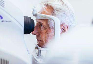 Zoom sur un examen ophtalmologique réalisé sur un patient âgé