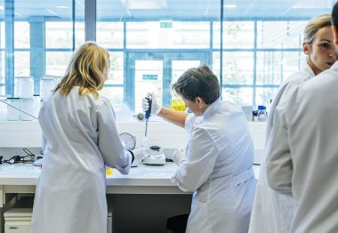 Groupe de chercheurs effectuant des manipulations dans un laboratoire