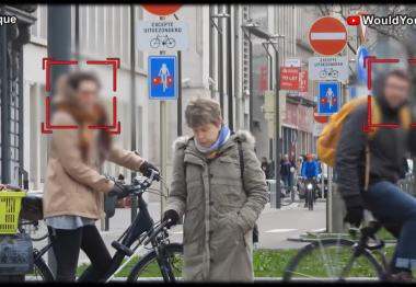 Capture de la vidéo avec Anne, aveugle, qui se déplace dans la rue